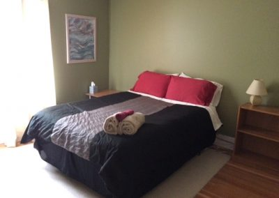Rossland_Inn_queen_bed